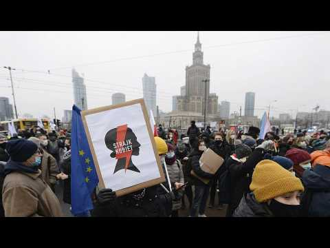 Anti-government protesters march to home of PiS party leader on anniversary of communist crackdown